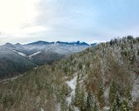 Inizio dell'inverno nelle montagne Siluetta dell'uomo Cowering di affari Fotografia Stock Libera da Diritti