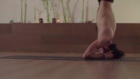 Inizio dell'uomo che fanno posa difficile di yoga - equilibrio diritto capo stock footage