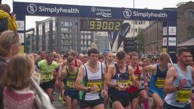 Inizio della corsa maratona, corridori che corrono, Bristol Half Marathon 2017, Regno Unito video d archivio