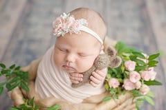 Inizio della vita e del concetto magico leggiadramente felice di infanzia Il neonato sorridente di 10 giorni sta dormendo sul fon fotografia stock