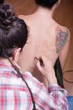 Inizio di una sessione body-painting Fotografie Stock Libere da Diritti