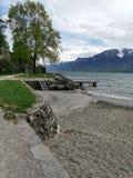 Inizio di una tempesta sopra il lago Lemano in Swtzerland da una spiaggia locale immagini stock libere da diritti