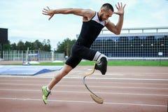Inizio esplosivo dell'atleta con l'handicap Fotografie Stock