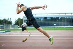 Inizio esplosivo dell'atleta con l'handicap Fotografia Stock Libera da Diritti