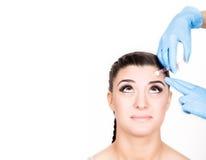 Injeção da beleza pelo doutor em luvas azuis Mulher nova no salão de beleza de beleza Espaço livre para o texto