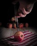 Injeção da toxina em uma maçã orgânica imagens de stock royalty free