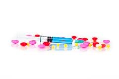 Injeção fluida médica azul com comprimidos coloridos Fotografia de Stock Royalty Free