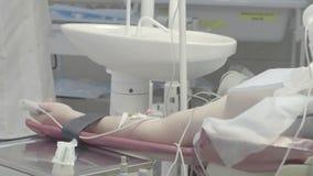 A injeção no braço do paciente, não cor corrigida, bom para a classificação da cor vídeos de arquivo