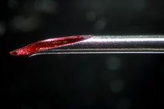 Injeções insalubres e risco da infecção Ponta médica suja da agulha Sangue na seringa usada não estéril do canal Droga de Morphin Fotografia de Stock Royalty Free
