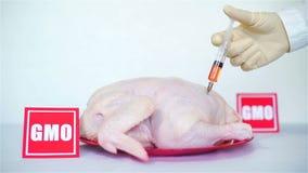 Injectie met Oranje Substantie in Ruwe Kip stock video