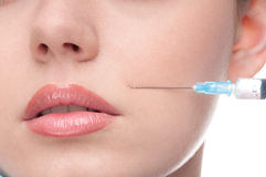 Injectie van botox aan het gezicht van mooie vrouw Stock Afbeeldingen
