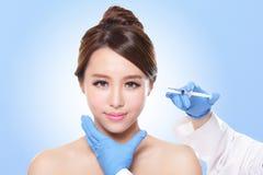 Injection cosmétique au joli visage de femme Photos stock