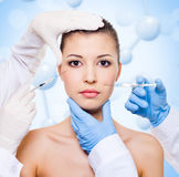 Injection de botox dans le beau visage de femme Photo stock