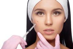 Injections de massage facial anti-vieillissement Image libre de droits