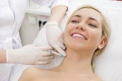 Injections de massage facial de beauté Photos libres de droits
