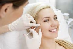 Injections de massage facial de beauté Image libre de droits