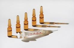 injektionliten medicin flaska Arkivfoto