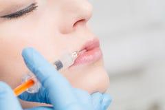 Injektionsspruta för behandling för brunnsort för Botox kvinnautfyllnadsgods ansikts- ung royaltyfri foto