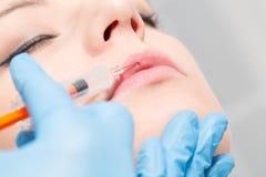 Injektionsspruta för behandling för brunnsort för Botox kvinnautfyllnadsgods ansikts- ung arkivfoton