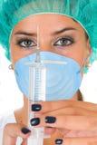 injektionsspruta för funktion för doktorsklänningkvinnlig medicinsk royaltyfri bild