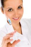 injektionsspruta för doktorskvinnligholding Royaltyfri Bild