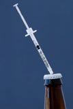 Injektionsspruta i flaska Arkivbild