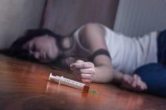 Injektionsspruta med droger Arkivfoto