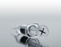 Injektionsspruta med injektionen på grå färger Arkivfoto