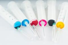 Injektionsspruta med målarfärg royaltyfria foton