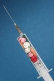 Injektionsspruta med medicinen Arkivfoton