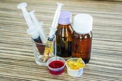 Injektionsspruta med sirapmedicin och preventivpillerbruk för att mata för ungar Royaltyfria Bilder