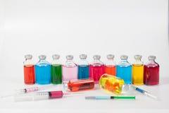 Injektionsspruta- och läkarundersökningampuller Royaltyfri Fotografi