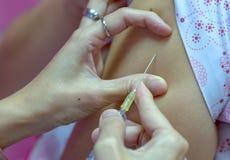 Injektionsspruta och visare och sjuksköterska Arkivfoto