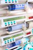 Injektionssprutapumpar i intensivvårdenhet Arkivfoto