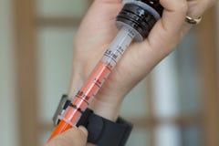Injektionssprutateckningsmedicin från flaskan Arkivbild