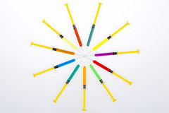 Injektionssprutor i cirkel Arkivfoton