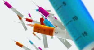 Injektionssprutor med färgflytande stock video