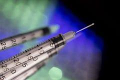 Injektionssprutor på unfocused färgrik bakgrund Arkivbilder