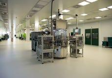 Injektionstöpning av biomedicalprodukter i rent rum Arkivfoto
