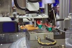 Injektionstöpningsmaskin av plast- delar Arkivfoton