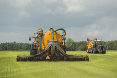 Injicera av vätskegödsel med två traktorer Royaltyfria Bilder