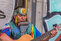 Injun, die gitaar en fluit speelde royalty-vrije stock foto's