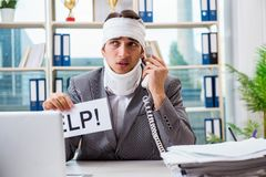 The injured businessman working in the office Royalty Free Stock Images