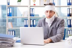 The injured businessman working in the office Stock Images