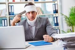 The injured businessman working in the office Royalty Free Stock Image