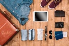 Injurie la endecha del planeamiento del concepto del viaje de negocios con la maleta, la ropa, los artilugios, el pasaporte y los Imagen de archivo