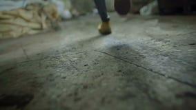 Inkörda bruna läderkängor för man arkivfilmer