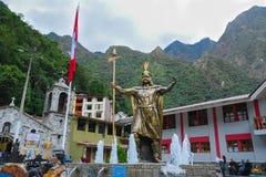 Inkagott-Statue im Hauptplatz von Aguas Calientes-Stadt lizenzfreies stockfoto