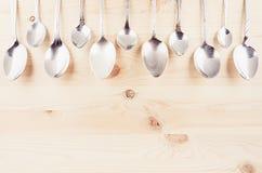 Inkasowego wieśniaka puste łyżki na beżowym drewnianym tle Wyśmiewa up dla projektanta, restauracyjny menu, reklamuje Zdjęcie Royalty Free