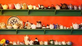 inkasowi szelfowi teapots Fotografia Royalty Free
